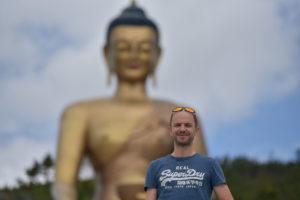 1728x1152_Bhutan-Michael-Mettler-vor-Statue