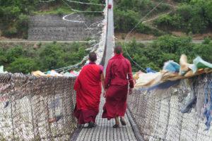 1728x1152_Bhutan-Moenche-Haengebruecke